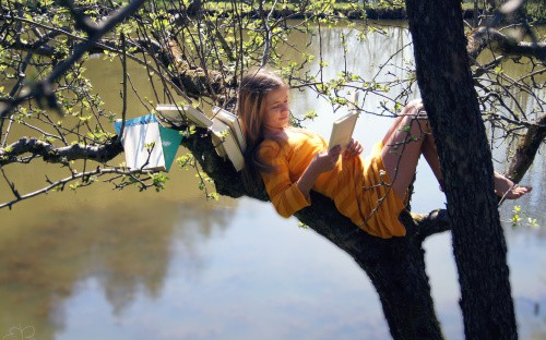 girl-read-on-tree