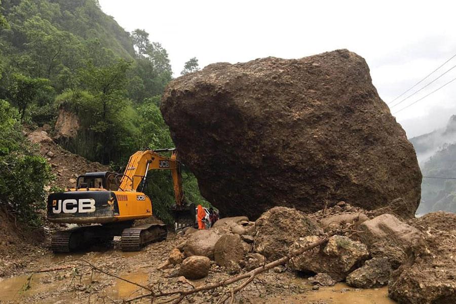 पर्वत नयाँ पुल नजिकै पहिरा खस्दा बाटो अवरुद्ध
