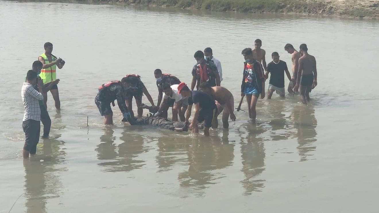नदीभित्र गाडिएको अवस्थामा भेटियो प्रहरी जवानको शव