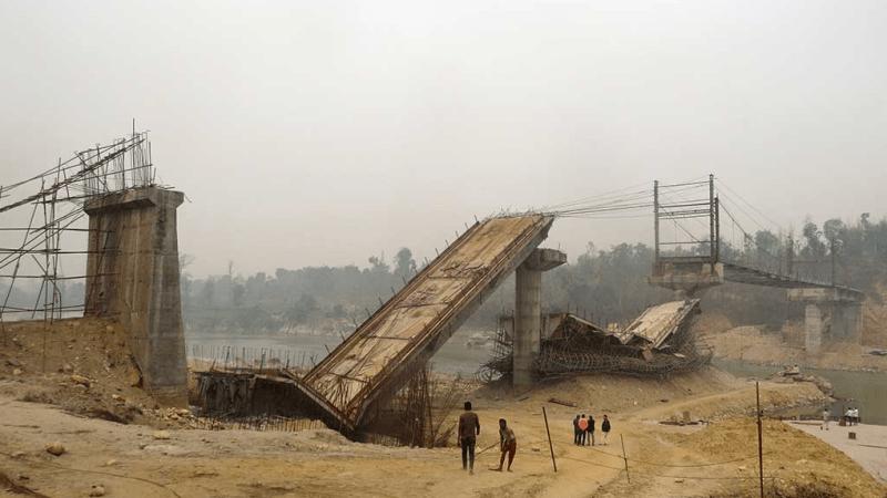 २१ करोड रुपैयाँको लगानीमा बन्दै गरेको पुल आज बिहान भत्कियो