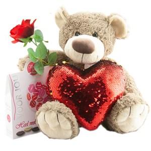 Beer bella met een roos, chocolade en een rood hart