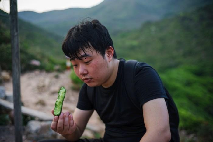 看着这根鲜嫩的小黄瓜,单身的少年不由陷入了迷思。