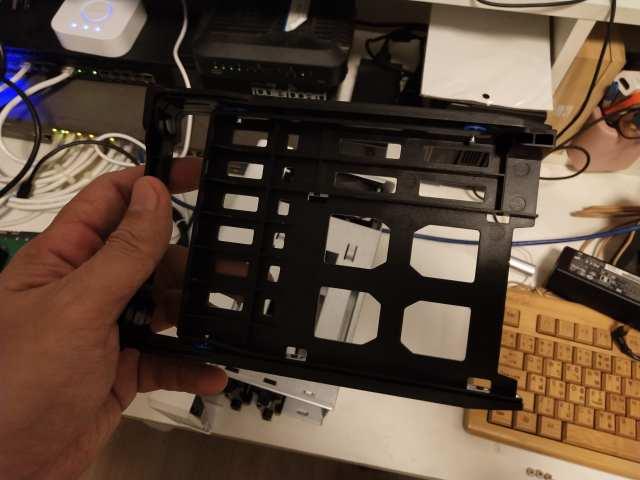 ถาดเสริมพิเศษ ช่วยให้ใส่ฮาร์ดดิสก์ 2.5 นิ้ว หรือ SSD ได้