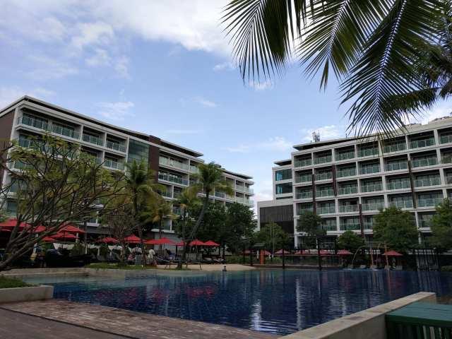 สระว่ายน้ำหลักของโรงแรม มีขนาดใหญ่ เปิดให้บริการ 8:00-19:00