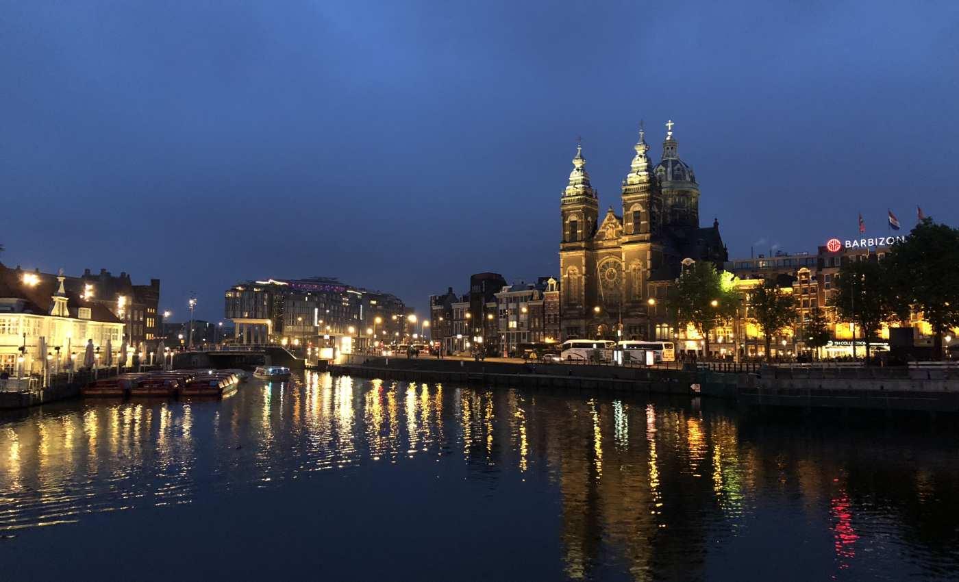 ย่าน Amsterdam Central ยามค่ำ เพราะที่นี่พระอาทิตย์ตกช้ามาก กว่าจะได้ภาพตอนกลางคืนก็ต้องรอดึกกันหน่อย