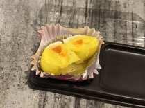 ด้านในไส้ไข่เค็ม แต่อย่าคิดว่าจะแบบ ไข่เค็มแดงอัดจัดเต็มนะ นี่คือเท่าที่เห็นจริงๆ
