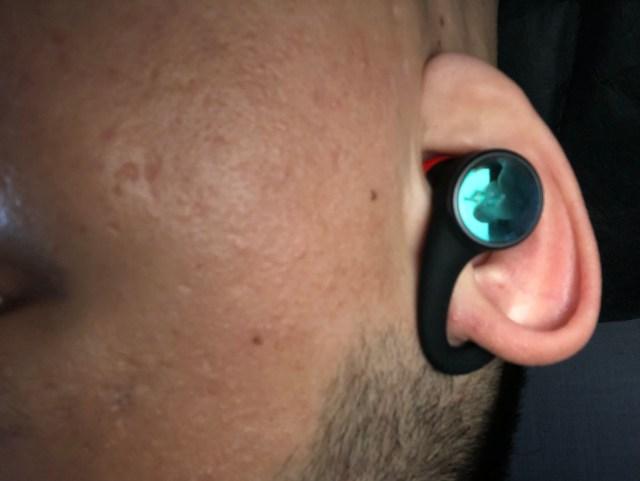 พอเสียบเข้ากับหูเพื่อใช้งานแล้ว ดูจากภายนอกก็จะไม่ต่างจากหูฟังแบบ In-ear เท่าไหร่