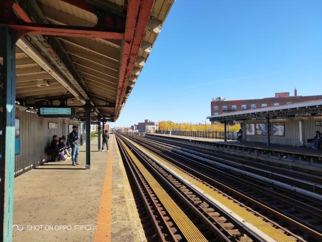 สถานีรถไฟฟ้า ในวันที่ฟ้าสวย ได้ AI camera เข้ามาช่วยปรับสีท้องฟ้าให้ฟ้ามากๆ