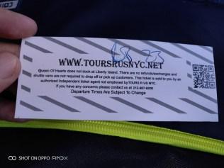 ดูด้านหลังตั๋วแล้วจะสังเกตว่า มันไม่ได้จอดที่ Liberty Island หรือพูดง่ายๆ คือ ไม่ได้ไปเหยียบเกาะที่มีเทพีเสรีภาพจ้า