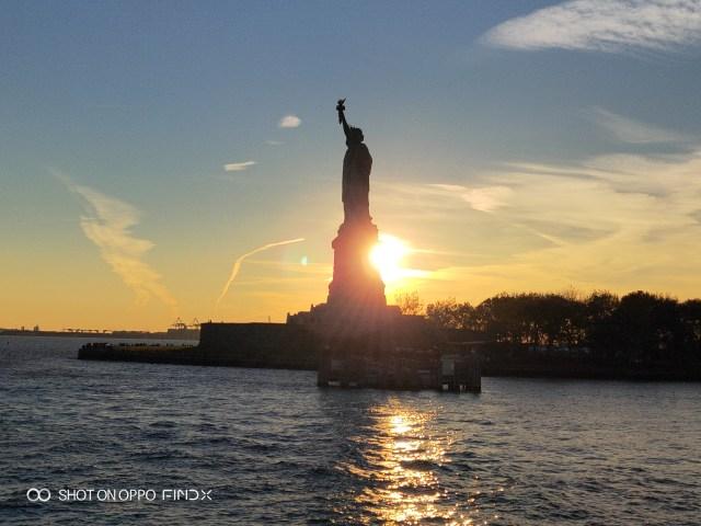 เทพีเสรีภาพ ท่ามกลางพระอาทิตย์อัสดง สวยมาก