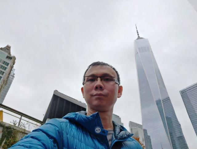 ภาพจากกล้องหน้าของ OPPO Find X ด้านหลังที่เห็นนั่น One World Trade Center ที่มาแทน World Trade Center เดิม