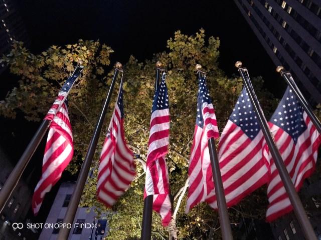 ภาพธงชาติสหรัฐกำลังโบกสะบัดยามค่ำคืนในมหานครนิวยอร์ก