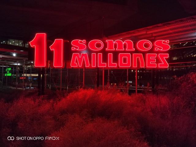 ลองถ่ายป้ายไฟสีแดง ในเวลาค่ำ บน High Line สกายวอร์คความยาวกว่า 2.4 กิโลเมตร ณ มหานครนิวยอร์ก