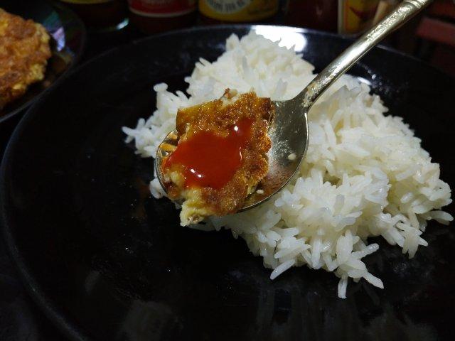 ข้าวไข่เจียวกับซอสพริกศรีราชา (เผ็ดกลาง) ของศรีราชาพานิช