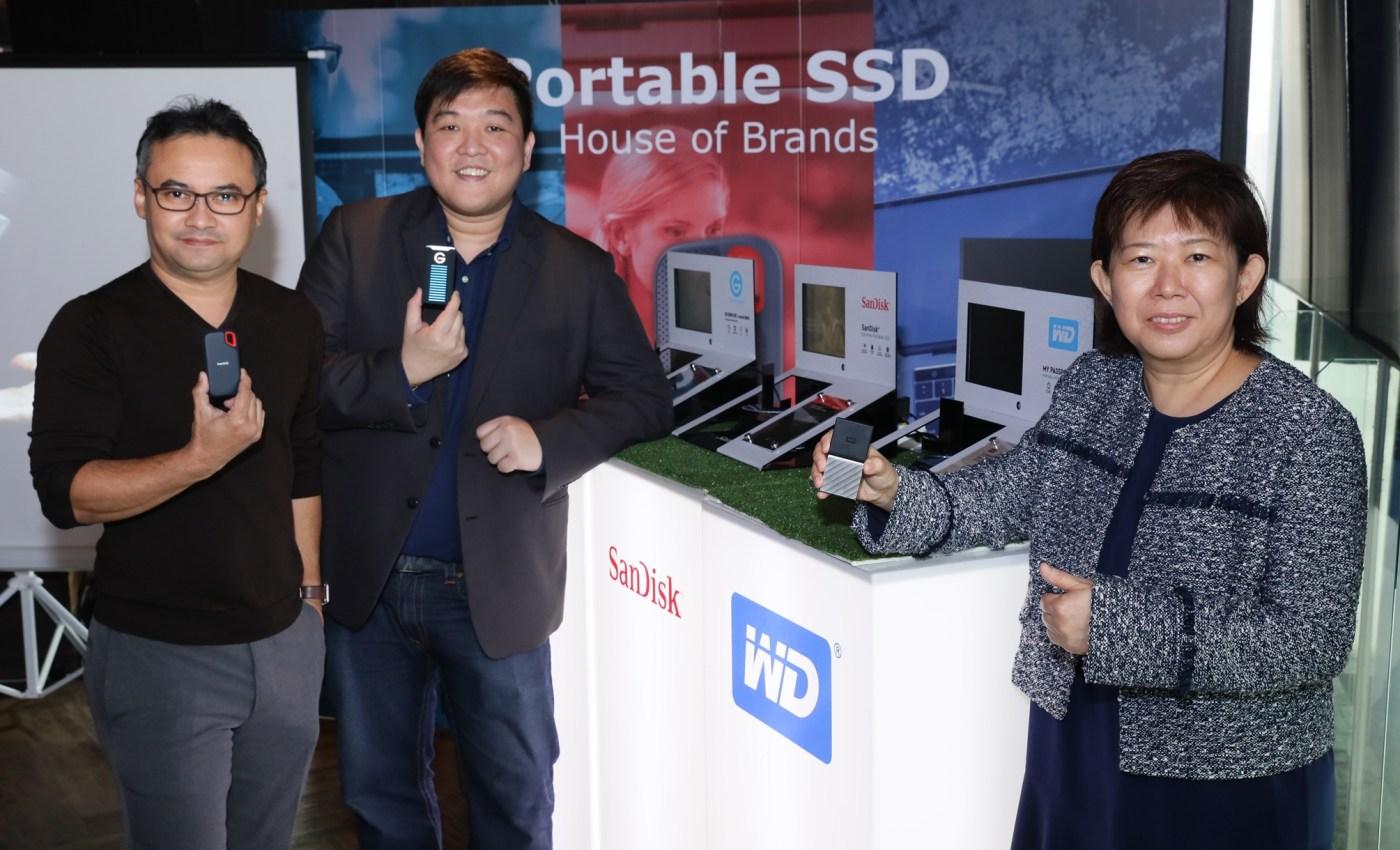 นางมาร์กาเร็ต โคห์ (ขวาจากภาพ) ผู้อำนวยการฝ่ายขาย ประจำภาคพื้นเอเชียใต้ บริษัท เวสเทิร์น ดิจิตอล, นายธนพัฒน์ เลาห์ขจร (กลาง) ผู้จัดการอาวุโสฝ่ายขาย บริษัท เวสเทิร์น ดิจิตอล (ประเทศไทย) และ นายต่อวงศ์ ซาลวาลา (ซ้ายจากภาพ) จากเพจ 2How ณ โรงแรม เดอะ คอนทิเน้นท์