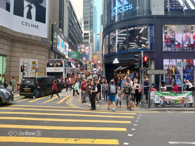 เดินมาจนถึงแยกที่ตัดกับถนน Queen's Road Central แล้วข้ามแยกไป