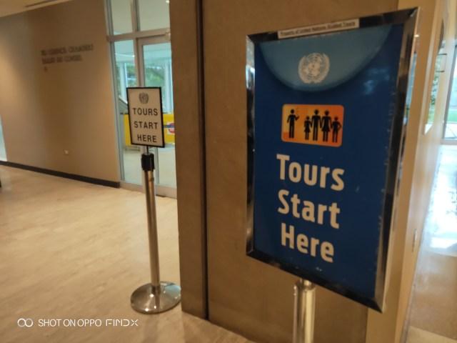 มายืนรอตรงป้าย Tours Start Here