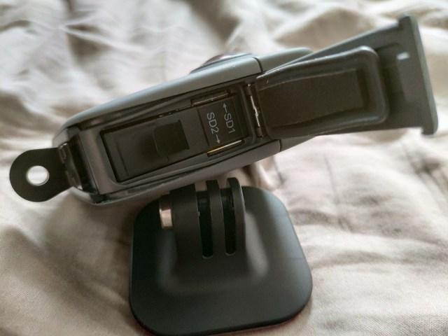 ด้านขวาของ GoPro Fusion เปิดมา จะเห็นแบตเตอรี่ และสล็อตใส่ MicroSD card 2 สล็อต