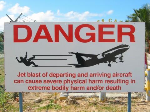ป้ายเตือนอันตรายที่บอกว่าแรงอัดจากเครื่องเจ็ตของเครื่องบินขณะกำลังเทคออฟและแลนดิ้ง อาจเป็นอันตรายถึงตายได้
