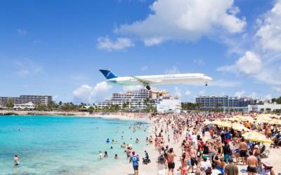 ภาพเครื่องบินกำลังลงจอดที่สนามบิน Princess Juliana International Airport ซึ่งอยู่ใกล้กับชายหาด Maho บนเกาะซินต์มาร์เติน