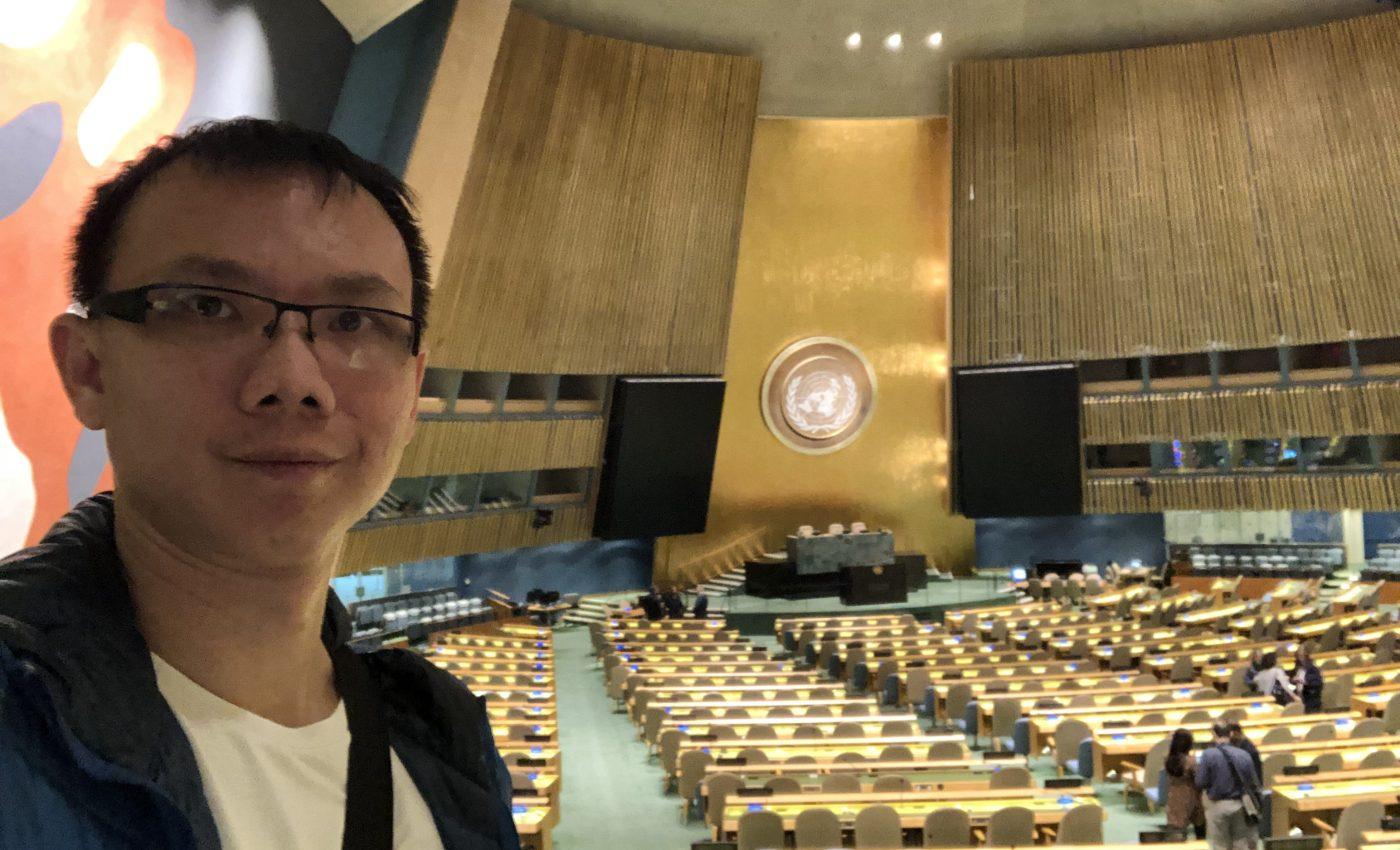 ชักภาพเป็นที่ระลึกซักหน่อย กับที่ General Assembly ที่สำนักงานใหญ่ องค์การสหประชาชาติ