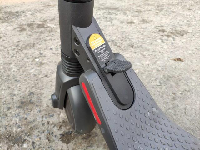 สามารถพับเก็บ ninebot KickScooter ES2 ได้ง่ายๆ แค่ใช้เท้าเหยียบสลักตรงนี้