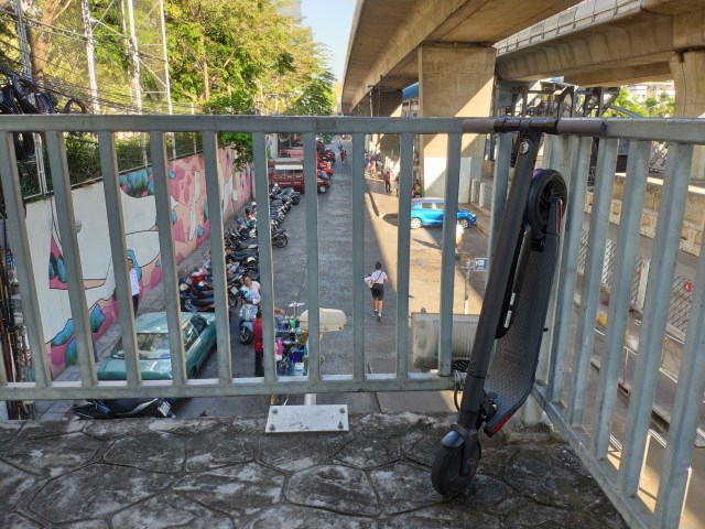 การแบกสกู๊ตเตอร์หนัก 12-15 กิโลกรัมขึ้นสะพานลอย หรือโหดกว่าคือขึ้นสะพานตากสินเนี่ย โหดสึดมาก