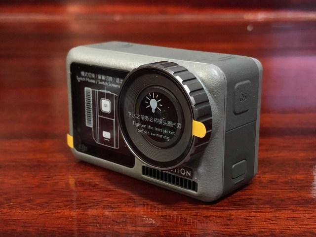 ตัวกล้อง DJI Osmo Action ตอนเพิ่งแกะกล่องมาใหม่ๆ ยังมีแผ่นพลาสติกป้องกันเลนส์และจอแปะอยู่