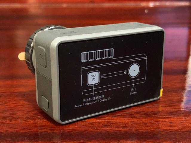 ด้านหลังของกล้อง มีหน้าจอแสดงผลแบบ LCD ขนาด 2.25 นิ้ว ยังมีแผ่นพลาสติกกันรอยแปะอยู่ เพราะเพิ่งแกะกล่องมาใหม่ๆ