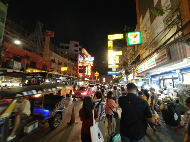 ภาพของผู้คนและรถรา ณ ถนนเยาวราช เวลากลางคืน