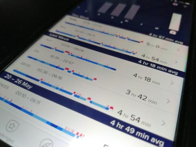 หน้าจอสมาร์ทโฟนแสดงข้อมูลประวัติการนอนหลับ ซึ่งเก็บเอาไว้ในแอป Fitbit
