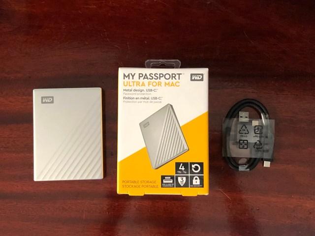 สิ่งที่มาในกล่อง มีฮาร์ดดิสก์ WD My Passport Ultra for Mac และ สาย USB-C พร้อมหัวแปลงเป็น USB-A