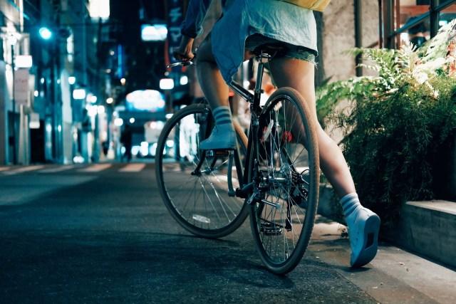 คนขี่จักรยานบนถนนยามค่ำ