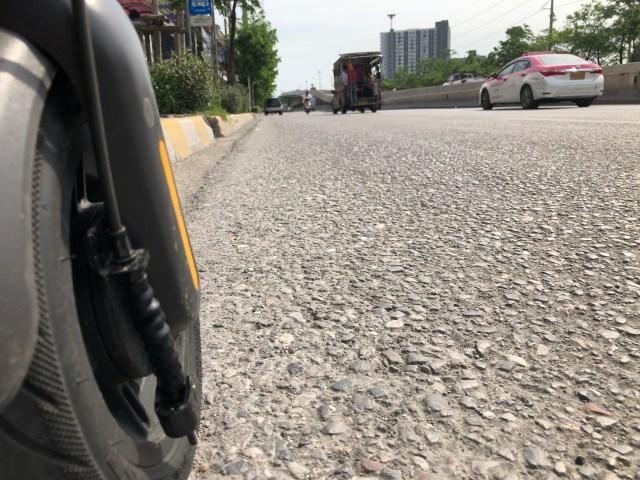ล้อแบบยางลม ส่งผลให้การขี่บนถนนที่ผิวขรุขระแบบนี้นุ่มนวลขึ้นมาก