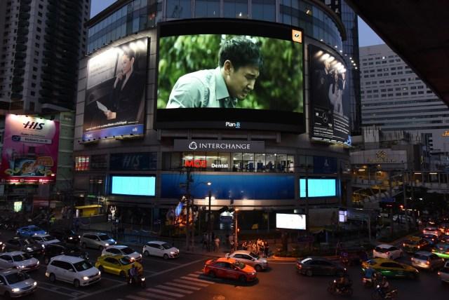 ภาพของแยกอโศกมนตรี เห็นอาคาร Interchange ที่กำลังแสดงภาพโฆษณาของธนาคารธนชาตบนจอ LED ขนาดใหญ่