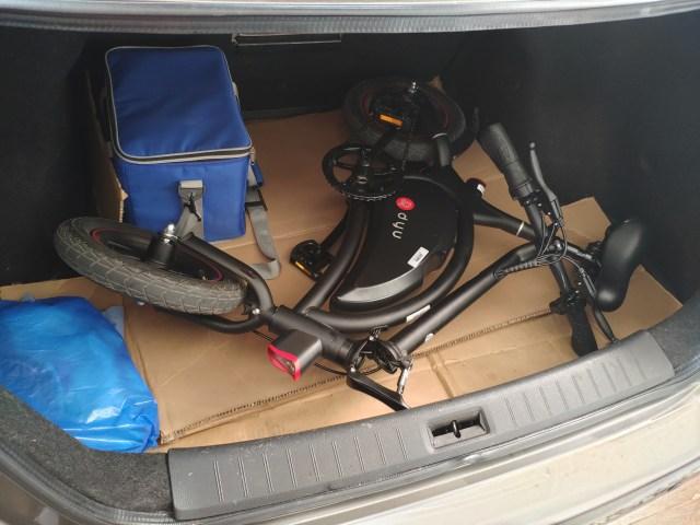ภาพของการใส่จักรยานไฟฟ้าที่กระโปรงหลังรถยนต์ Nissan Sylphy