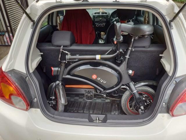 ภาพของการลองใส่จักรยานไฟฟ้า DYU D2F ไว้ท้ายรถ Mitsubishi Mirage