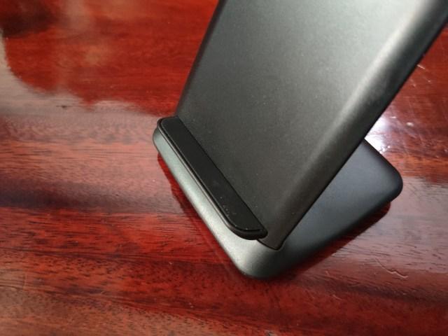ฐานที่วางสมาร์ทโฟน มีแผ่นยางกันลื่นวางเอาไว้ด้วย