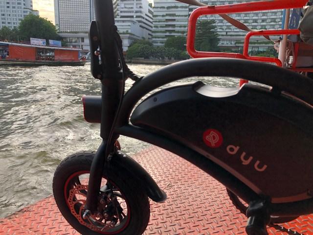 จักรยานไฟฟ้า DYU D2F ขณะกำลังอยู่บนเรือข้ามฟาก