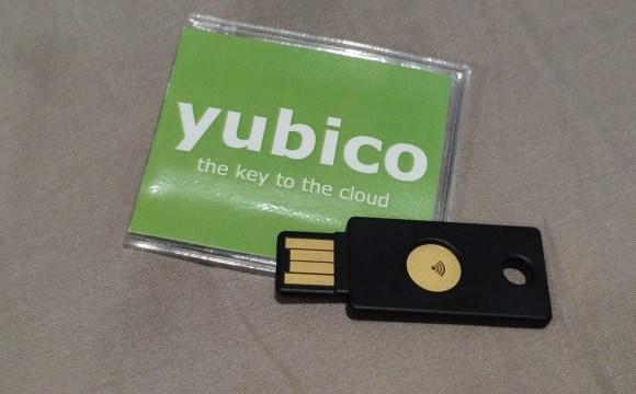 ภาพของ YubiKey NEO พร้อมซองใส่