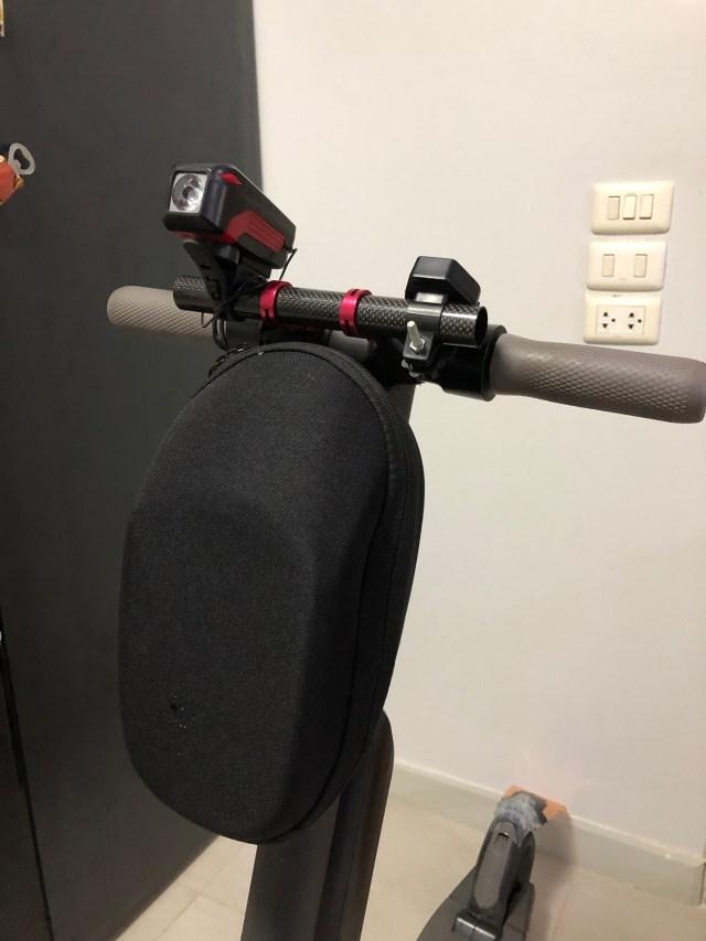 ภาพของสกู๊ตเตอร์ไฟฟ้า Ninebot Kickscooter ES2 ที่มีการติดตั้งกระเป๋าใส่ของไว้ด้านหน้า