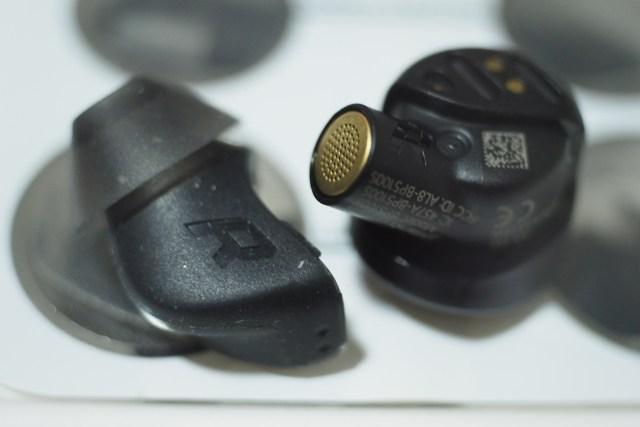 หูฟัง Plantronics BackBeat Pro 5100 ข้างขวา ที่แกะเอายางหูฟังออกมาแล้ว