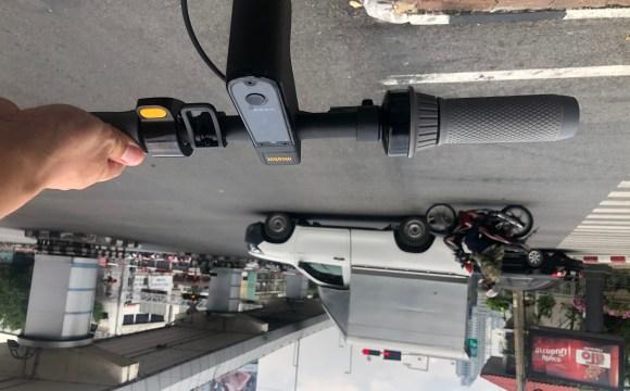 แฮนด์ของสกู๊ตเตอร์ไฟฟ้า Ninebot Kickscooter MAX ขณะกำลังจอดรอไฟแดงอยู่ตรงสี่แยก
