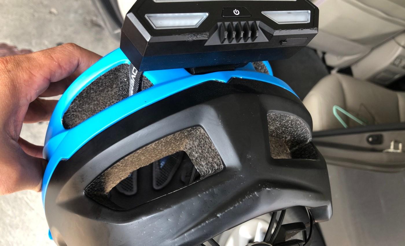 หมวกกันน็อกจักรยานที่ติดไฟเลี้ยวไว้ด้านหลัง มีรอยบุบเล็กน้อย เนื่องจากการกระแทก