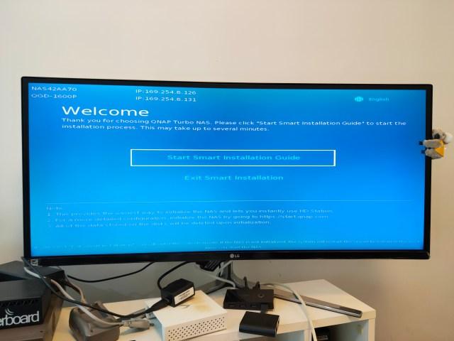 จอคอมพิวเตอร์ขนาด 34 นิ้ว Ultrawide กำลังแสดงผลหน้าจอตั้งค่า QNAP QGD-1600P ครั้งแรก