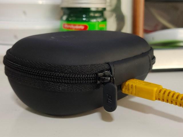 ชาร์จแบตเตอรี่ให้กับหูฟัง Plantronics BackBeat FIT 3200 ผ่านทางกล่องเก็บ