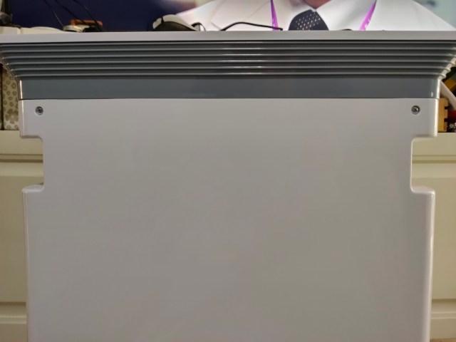 ตัวเครื่องฟอกอากาศ Vitainno ด้านหลัง ที่แสดงให้เห็นถึงร่องมือจับด้านข้างตัวเครื่อง