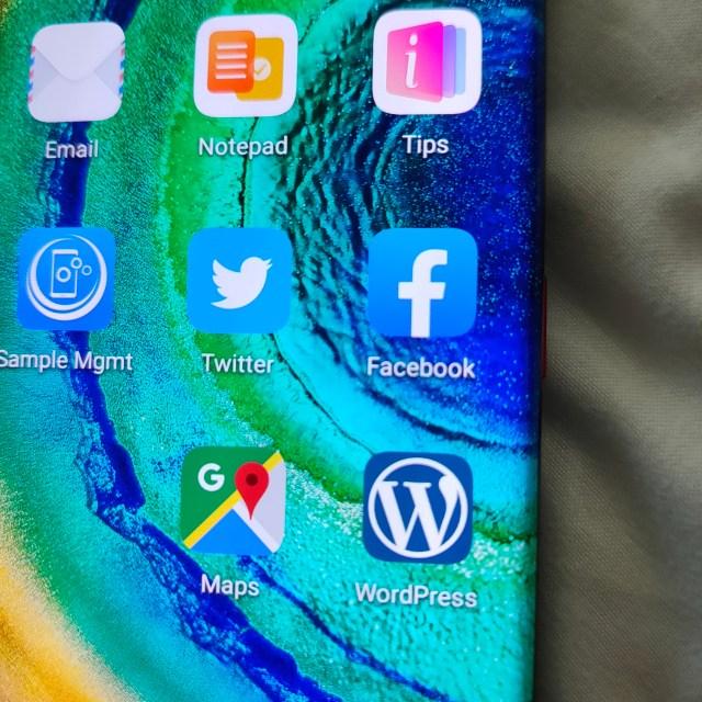 ภาพของหน้าจอ Huawei Mate 30 Pro ในส่วนที่แสดงไอคอนแอป Twitter, Facebook, Google Maps และ WordPress