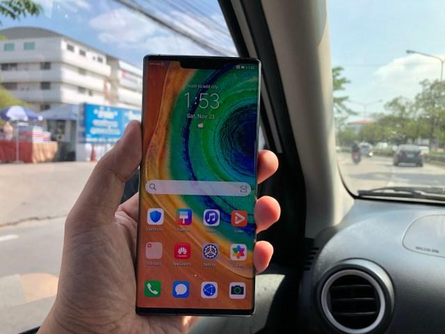 ภาพของมือที่กำลังถือสมาร์ทโฟน Huawei Mate 30 Pro อยู่ โดยหันด้านหน้าเข้าหากล้อง