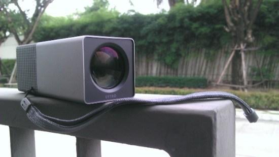 กล้องดิติทัล Lytro สีเทา กำลังวางอยู่บนรั้วบ้าน